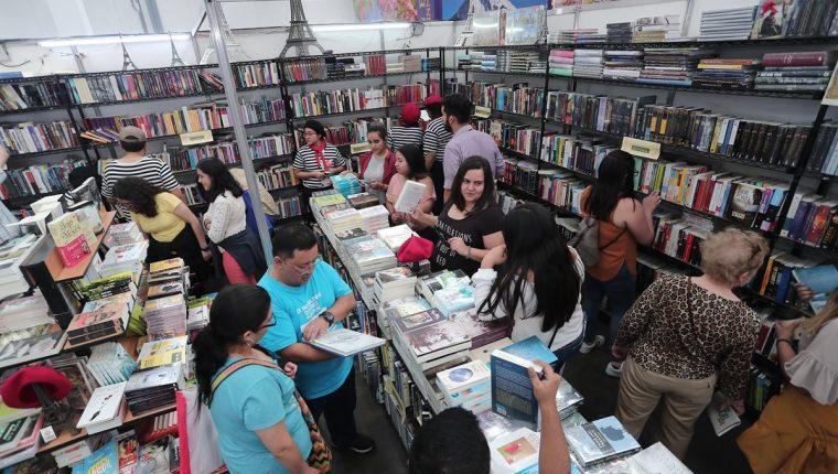 gente comprando en la feria del libro