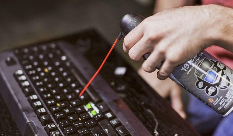 Sepa cómo limpiar un teclado con aire comprimido