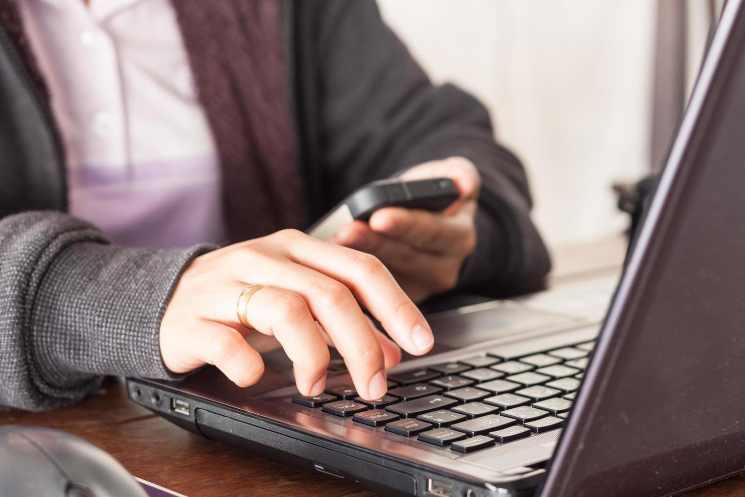 persona trabajando en laptop