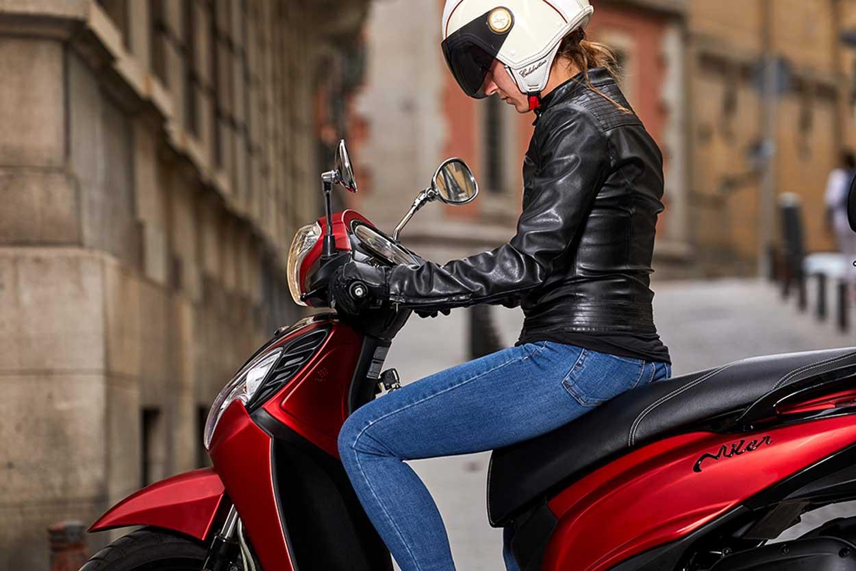 Mujer en motocicleta
