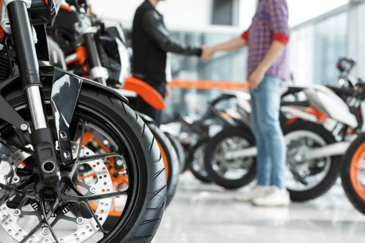 Persona comprando moto
