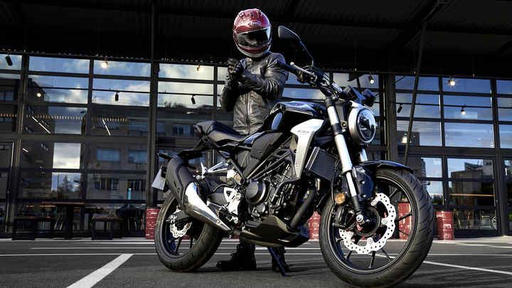 Moto Honda CB300R con motociclista