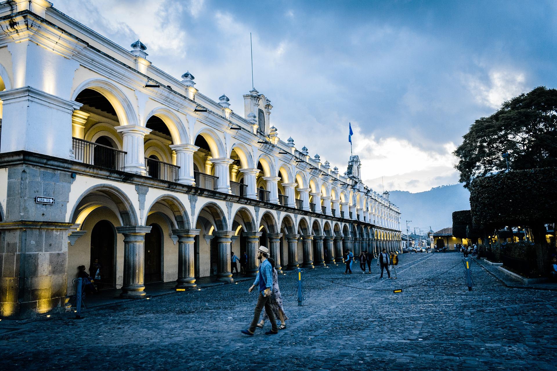 persona caminando sobre la Plaza de la Antigua Guatemala