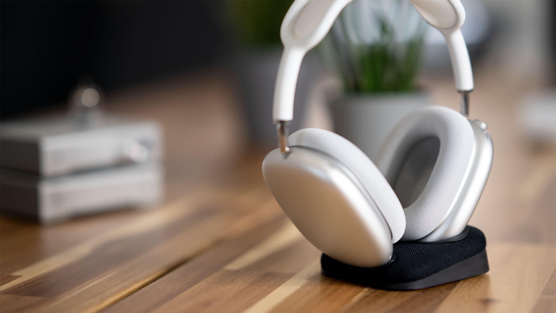 audífonos airpods max wireless en una base