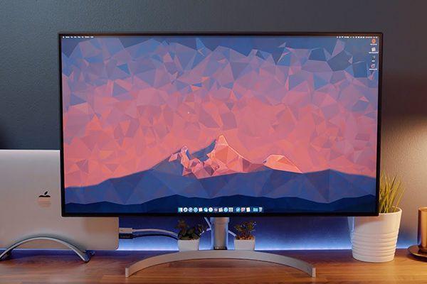 monitor LG 32UD99 W sobre escritorio