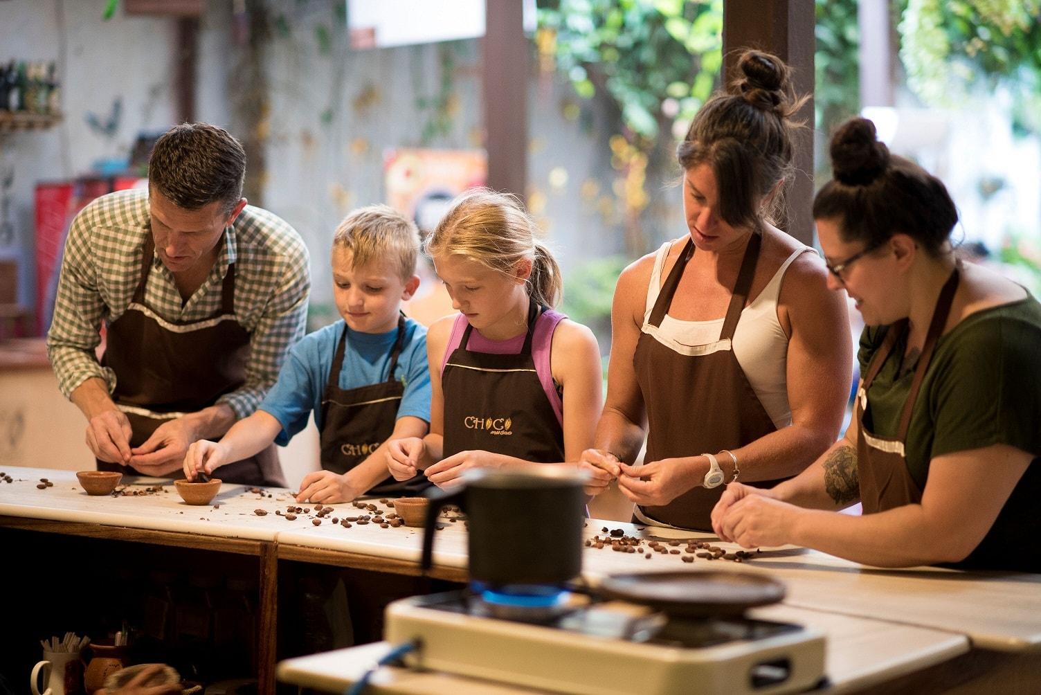 personas moldeando chocolate en chocomuseo