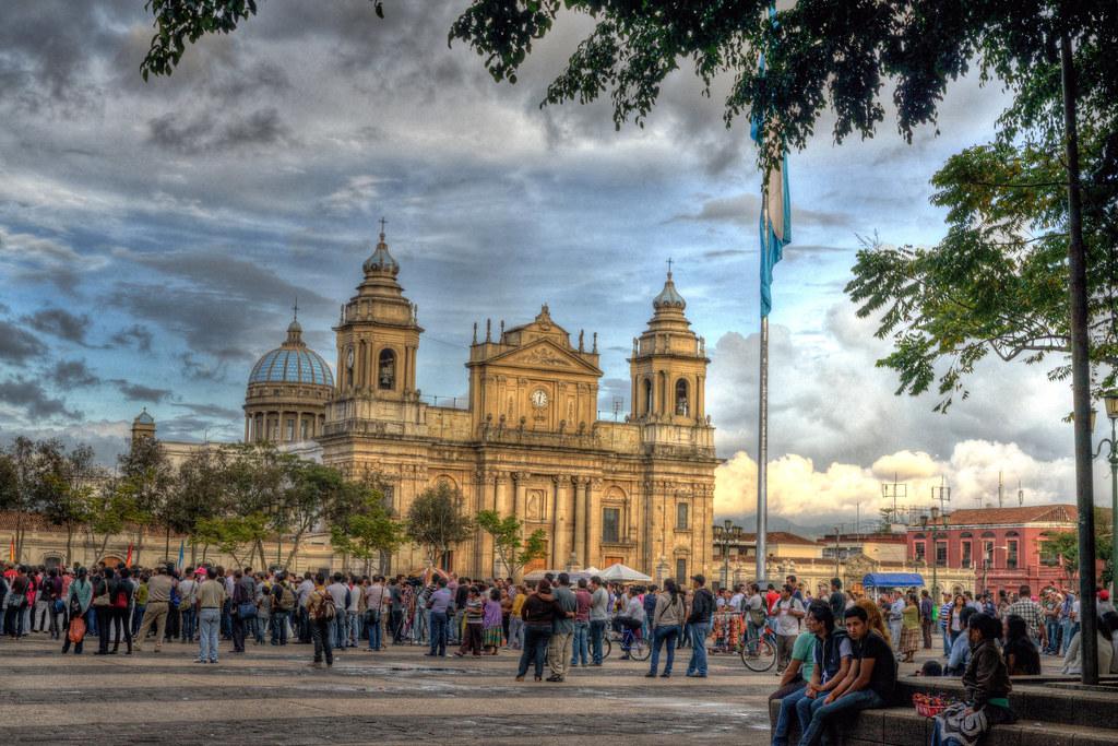 vista del Parque Central en Guatemala con gente