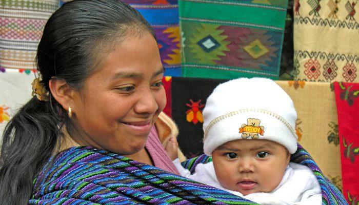 Mujer con bebe de Guatemala
