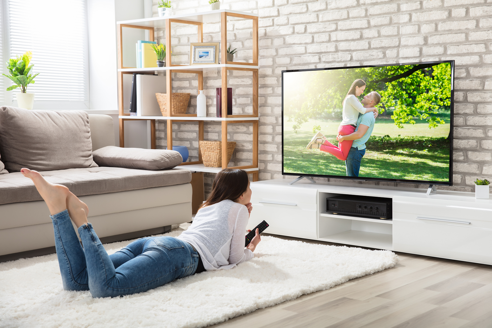 Mujer viendo smart tv