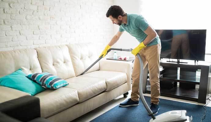 Hombre limpiando muebles