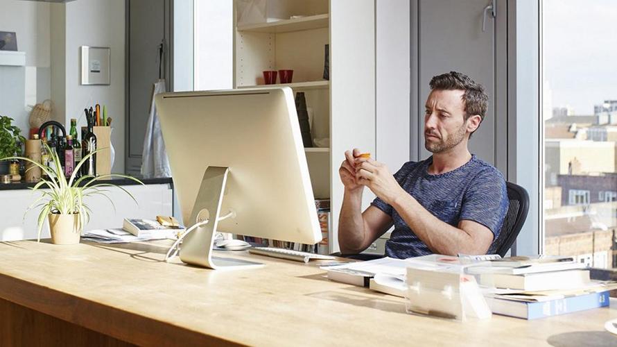 hombre trabajando desde casa con computadora