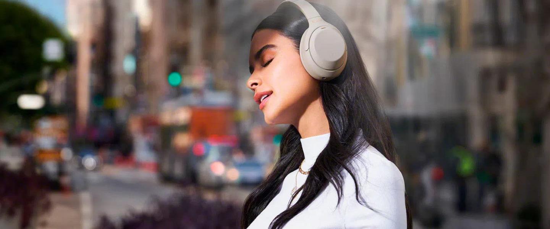 mujer con audífonos sony