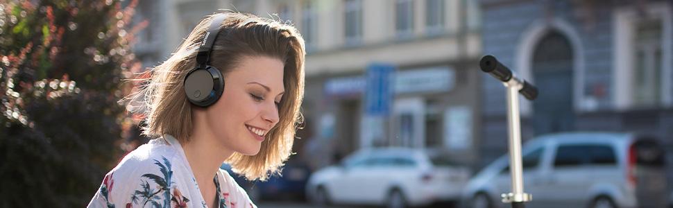 mujer con audífonos supraaurales