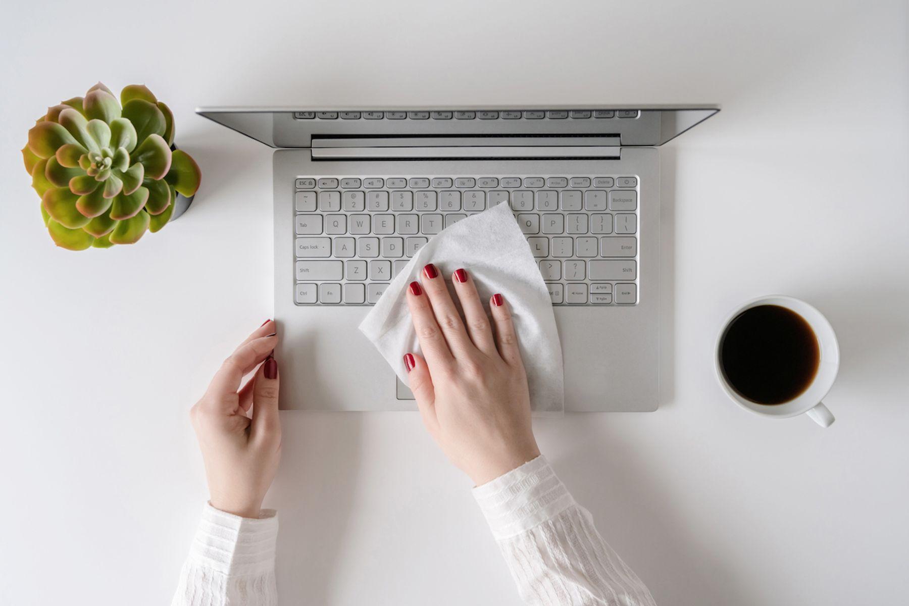 persona limpiando monitor de computadora
